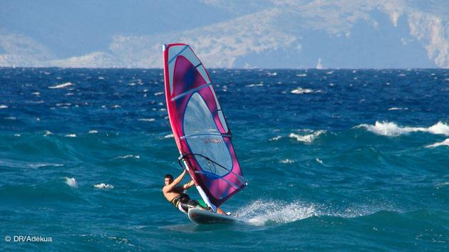 tempête sur l'euro en grèce, mais le Meltem tient bon à Rhodes