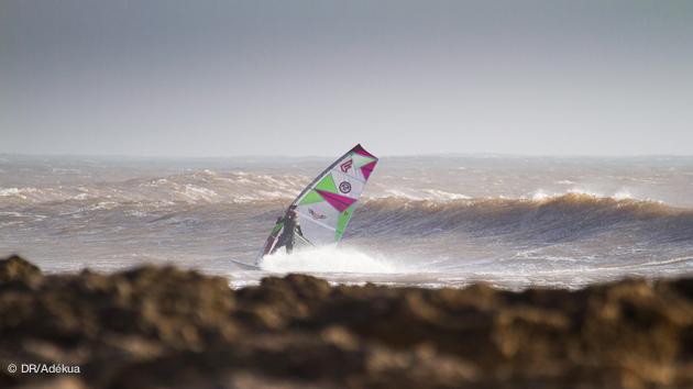 planche dans les vagues à Moulay Bouzertoun au Maroc
