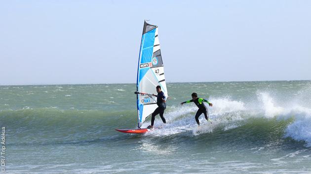 naviguer dans les vagues à Dakhla