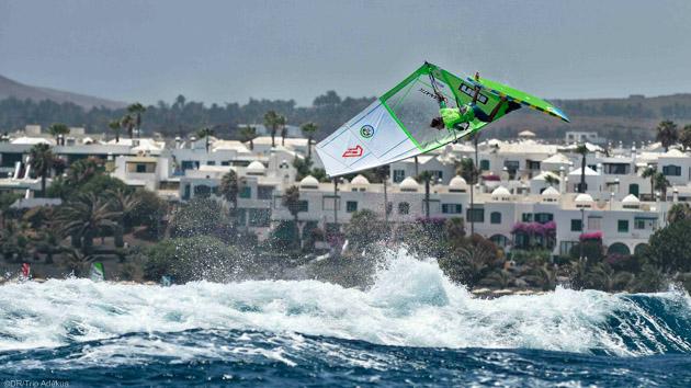 Porgressez sur les meilleurs spots de Lanzarote pendant vos vacances windsurf