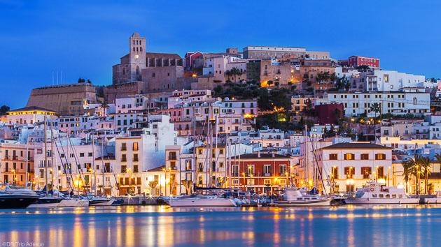 Découvrez l'île d'Ibiza pendant votre croisière windsurf