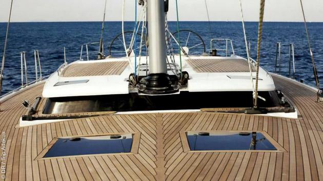 Un séjour détente sur un voilier avec le matériel de windsurf