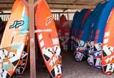 Votre formule windsurf directement sur le spot de Kouremenos - voyages adékua
