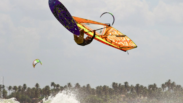 windsurf dans les vagues du meilleur spot de planche du Brésil