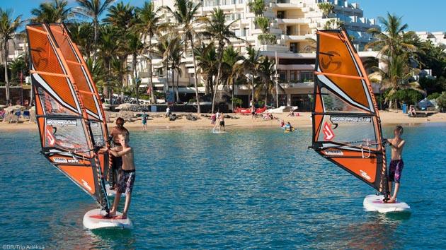 Débuter ou naviguer dans les vagues, tout est possible sur le même spot de windsurf à Lanzarote