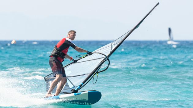 Un séjour windsurf parfait en Grèce avec hébergement sur le spot
