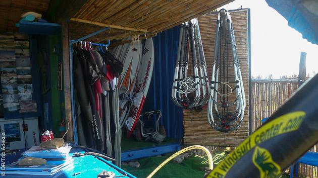 le centre de windsurf de bolonia avec du matos Naish