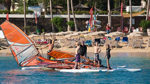 Des sessions de windsurf en famille pour progresser pendant votre séjour à Lanzarote