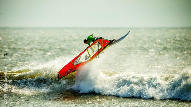 Coaching et sessions windsurf dans les vagues de Mancora, au Pérou