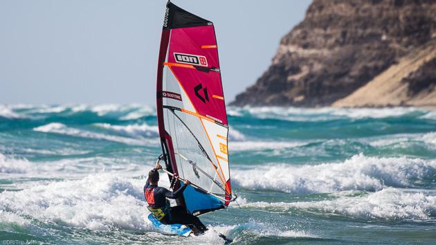 Naviguez et progressez dans les vagues de Sotavento aux Canaries